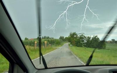 Cómo actuar ante una tormenta eléctrica si vas en coche